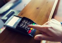 Un commerçant met à jour son terminal de paiement pour accepter la carte Pass Restaurant 2e génération.