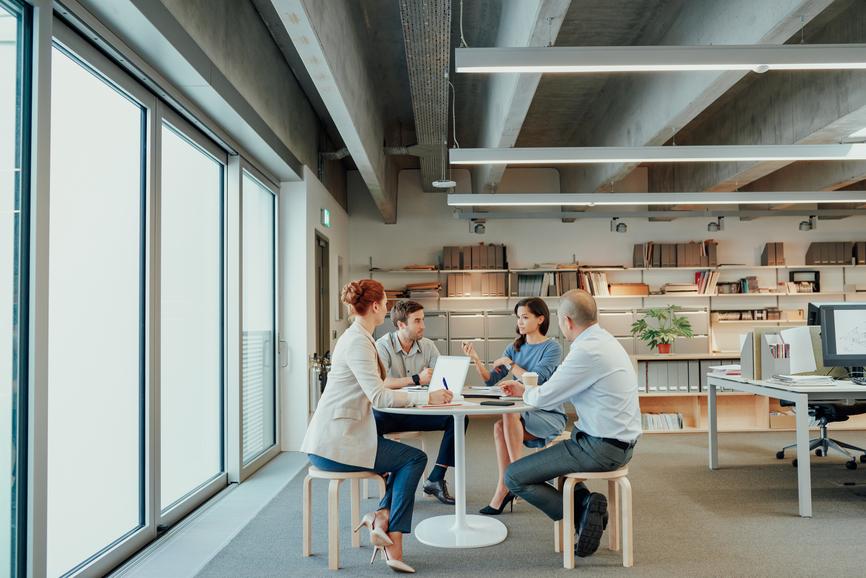 Groupe de travail réuni dans une bibliothèque pour échanger autour du titre restaurant